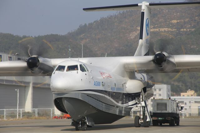 据航空工业官方微信哈哦1月25日发布的消息显示,1月24日上午9时54分,我国首款大型灭火/水上救援水陆两栖飞机鲲龙AG600迎来了进入2018年后的第一次飞行,于珠海金湾机场西南3000米高度规定的空域内平稳飞行73分钟,11时07分平稳降落。  据航空工业官方微信哈哦1月25日发布的消息显示,1月24日上午9时54分,我国首款大型灭火/水上救援水陆两栖飞机鲲龙AG600迎来了进入2018年后的第一次飞行,于珠海金湾机场西南3000米高度规定的空域内平稳飞行73分钟,11时07分平稳降落