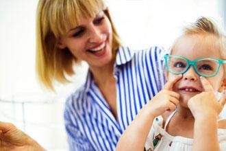 孩子一放假就爱玩手机,视力出现问题怎么应对?